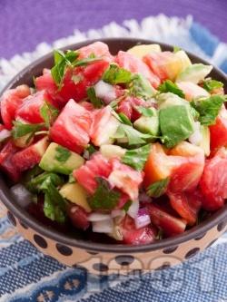 Салата с розови домати, червен лук и авокадо - снимка на рецептата